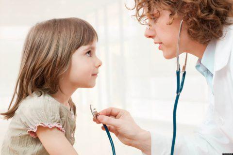 При первых признаках пневмонии нужно обратиться к врачу