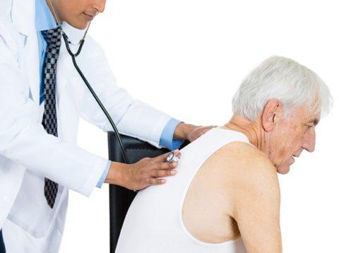 Часто пневмония без температуры проявляется у лиц преклонного возраста.