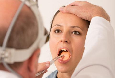 Диагностика болезней горла включает осмотр отоларинголога.