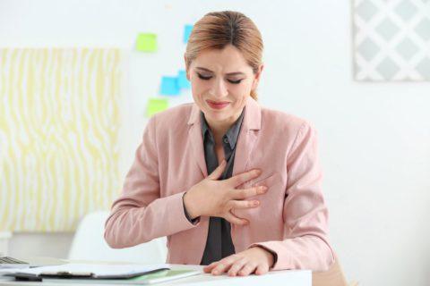 Если боли в груди сопровождаются признаками интоксикации – бегом к врачу