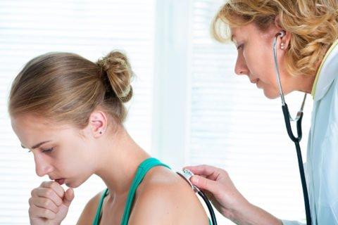Главным признаком заболевания является кашель с удушьем