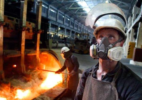 К группе риска относят людей, работающих на вредных производствах.