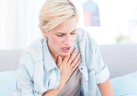 Опасное проявление – боль в области грудной клетки.