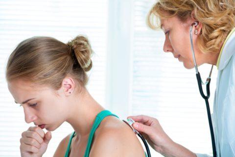 Первая процедура в постановке диагноза – осмотр пациента и аускультация.
