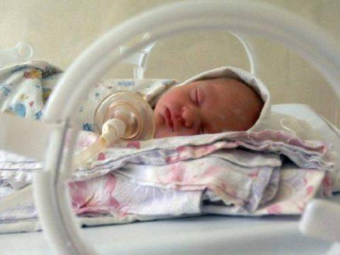 Подача кислорода недоношенному ребенку
