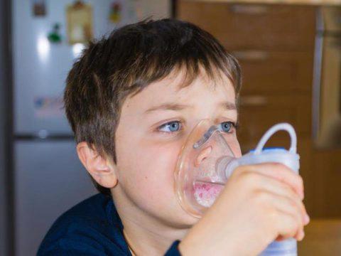 Простой ингалятор для больного ребенка