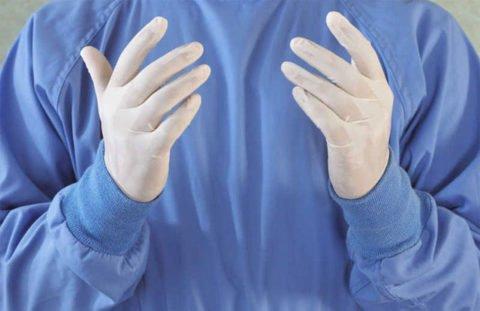 Стерильная одежда и перчатки позволяют избежать осложнений