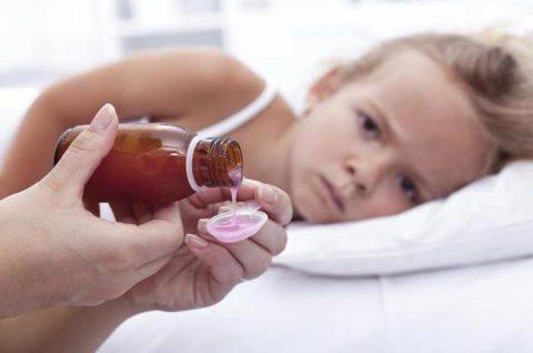Суспензии и микстуры для детей имеют приятный вкус и меньше побочных эффектов