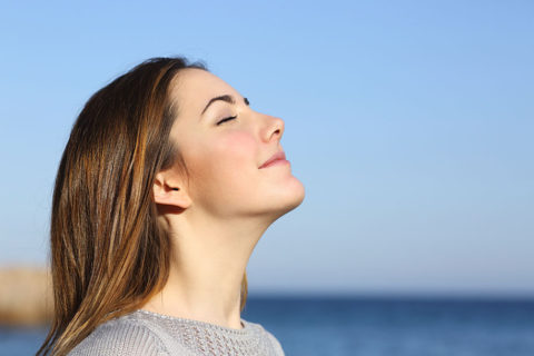 Выполнять элементы дыхательной гимнастики лучше на свежем воздухе.