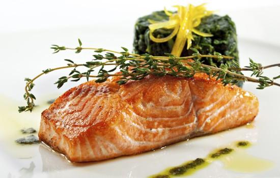 Морская рыба - источник жирных кислот и витамина А, что важно для клеток легких и бронхов