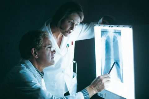 При хронической пневмонии после лечения на рентгеновском фото не видны положительные изменения легочной ткани