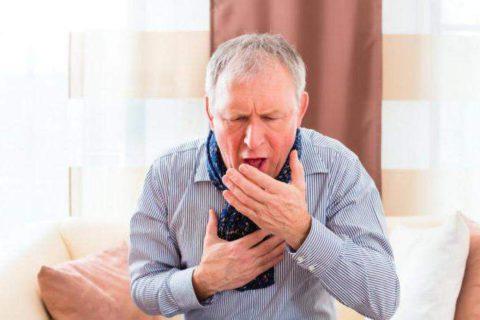 Сильный кашель при высокой температуре один из признаков пневмонии