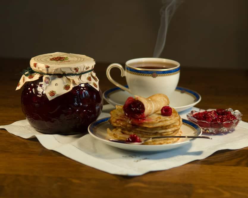 Чай с малиной – самый известный народный способ