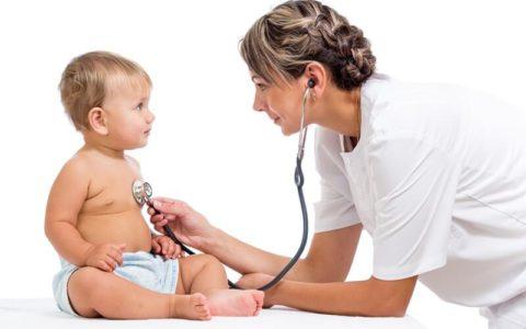 Если прослушать ребенка с помощь фонендоскопа можно услышать клокотание и свистящие множественные рассеянные хрипы