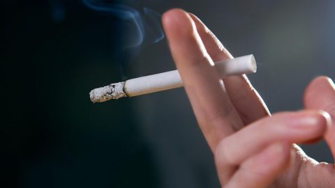 Кашель курильщика можно спутать с симптомом бронхита.
