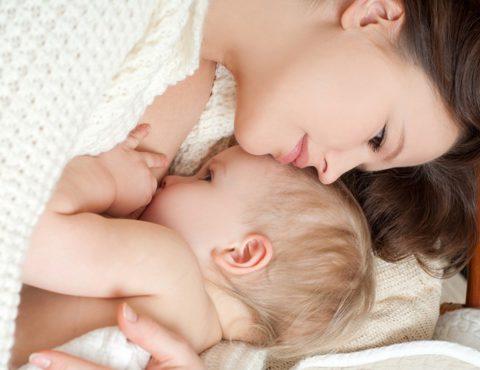 Молодая мама старается оградить своего малыша от всех возможных рисков, которые могут ему навредить