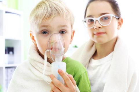 На фото процедура ингаляции небулайзером – является одним из эффективных способов борьбы с кашлем.