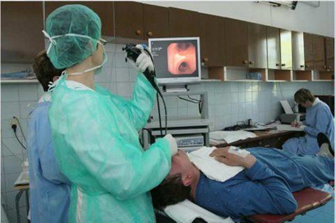 На фото проведение эндоскопической диагностики - бронхоскопии