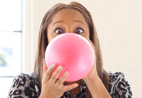 Надувание воздушных шаров.