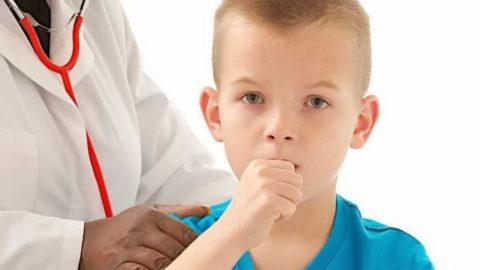 Независимо от возраста ребенка, проводить лечение бронхита в домашних условиях допустимо только после согласования с лечащим врачом.