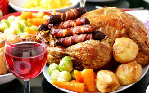 Плотный ужин и алкоголь навредит.