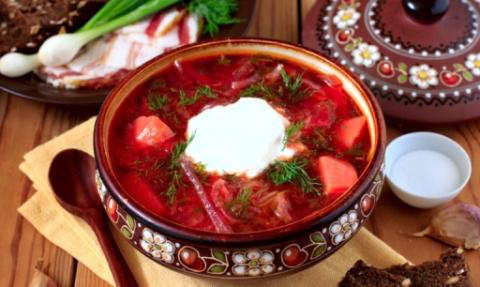 Согласно основным постулатам диеты № 11, представленный на фото жирный борщ со сметаной – не только разрешенное, но и весьма полезное блюдо для больного.