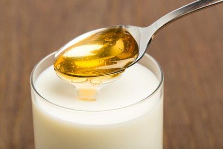 Теплое молоко с полезными добавками