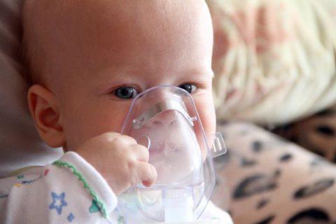 В процессе лечения бронхита следует организовать режим дня и питания ребенка, а также уделить внимание наружным методам терапии, например, ингаляциям.