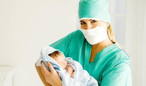 Врач должен постоянно контролировать состояние малыша.
