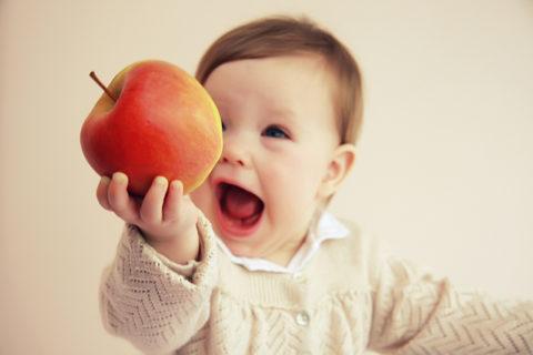 Яблоко в руке у ребенка
