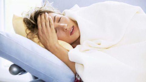 Часто отмечаются выраженная слабость, периодическая лихорадка и постоянное снижение гемоглобина (анемию)
