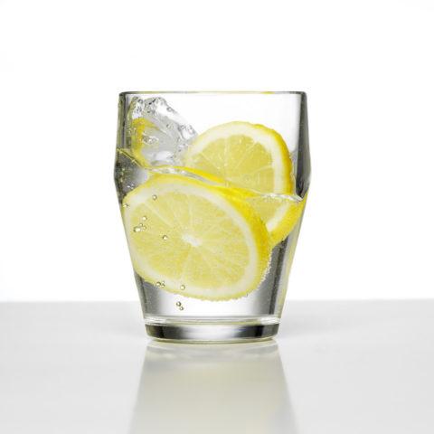 Для снятия интоксикации полезна вода с лимоном