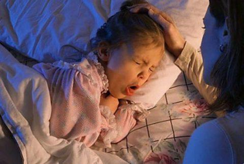 Основной признак – мучающий сухой кашель, усиливающийся при положении ребенка лежа.
