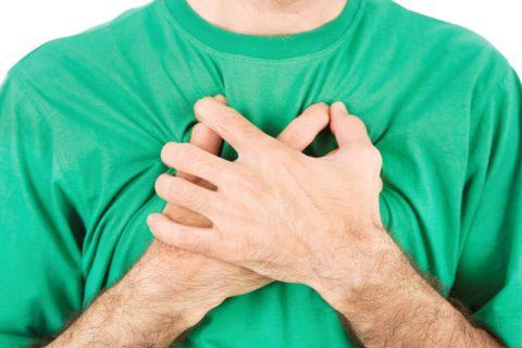 Болевые ощущения в области грудной клетки.