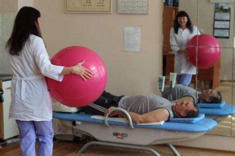 В комплекс ЛФК включены упражнения для мышц грудной клетки и плечевого пояса