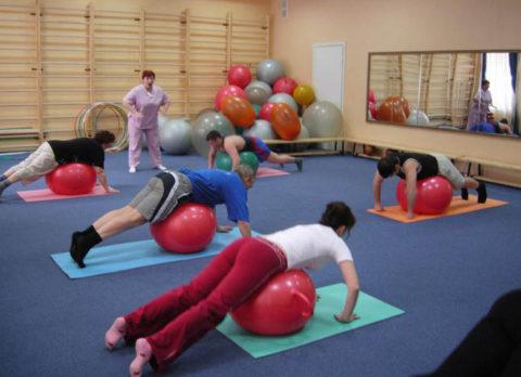 Занятия физкультурой проводятся под руководством инструктора