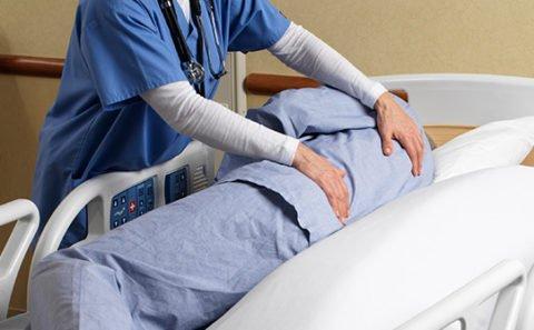 Частое переворачивание больных – лучшая мера профилактики