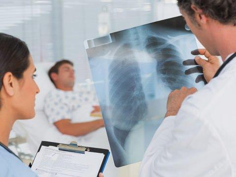 Диагноз пневмонии ставится на основании рентгена