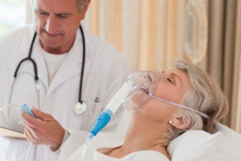 Дыхание через кислородную маску позволяет нормализовать уровень оксигенации в организме