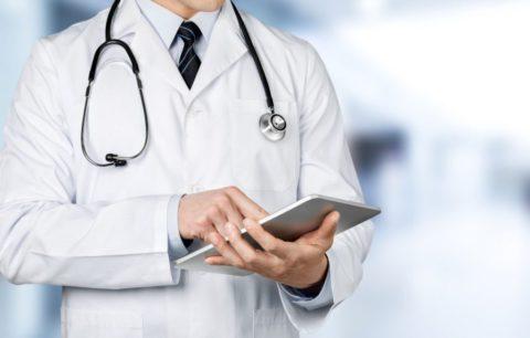 Своевременная помощь терапевта или пульмонолога необходима пациенту при пневмонии.