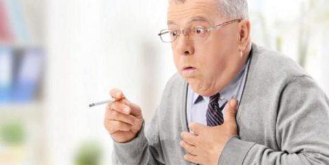 Курильщики более подвержены заболеваниями легких, причем из-за постоянного кашля патогенез может быть заметен не сразу