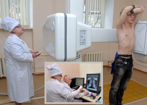 Лаборант проводит процедуру флюорографии, а рентгенолог «читает» снимок и пишет заключение